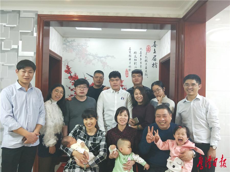 吴徐琦和家人一起相聚在新疆.jpg