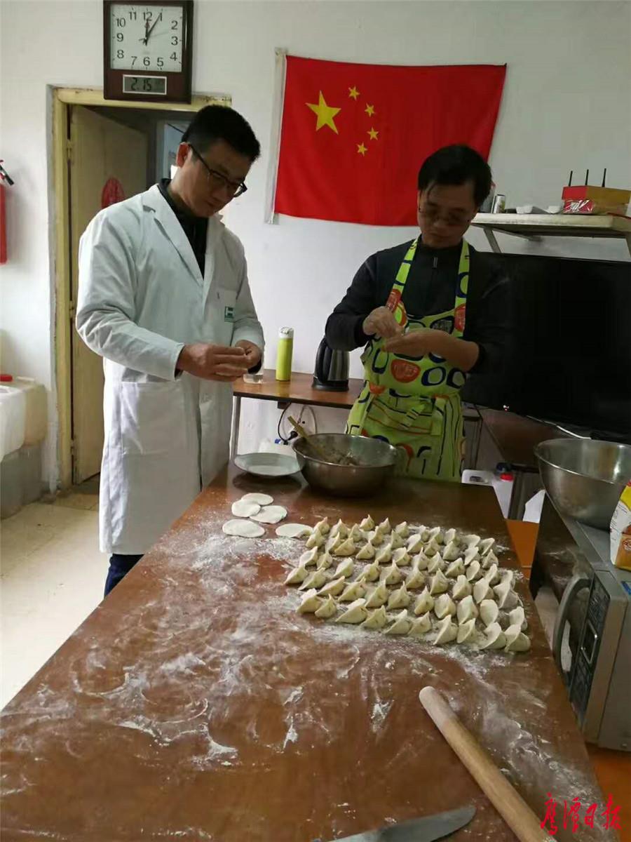 祝国兵(左)和队友一起包饺子.jpg