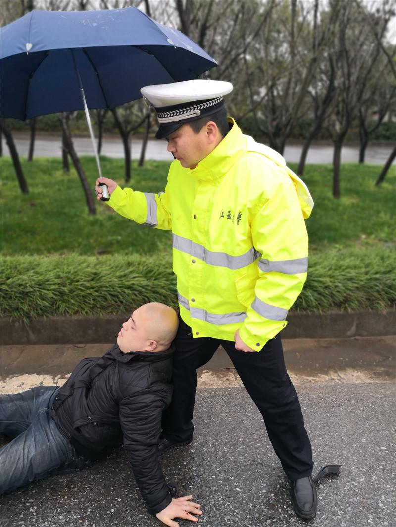 男子遇车祸受伤严重  鹰潭交警用身体为其当靠垫