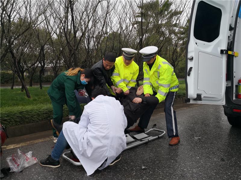 齐震宇和同事帮助医生抬伤者上救护车.jpg