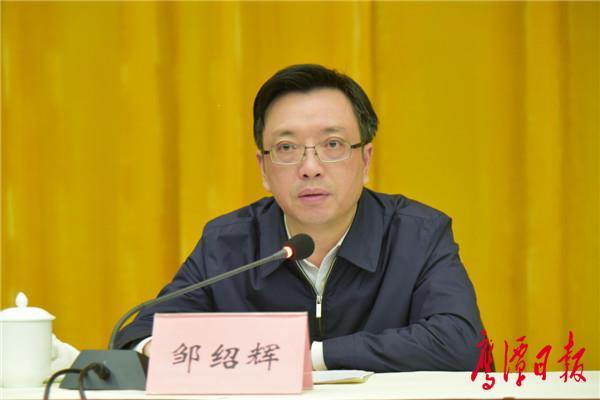 徐蓉摄-省委组织部部务委员邹绍辉宣读省委决定.jpg