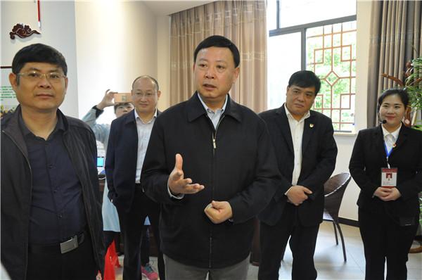 郭安在磷肥厂社区调研 (3).jpg
