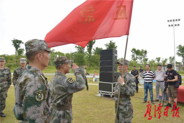 徐蓉摄-军分区司令员杨海林为鹰潭市民兵应急营授旗.jpg