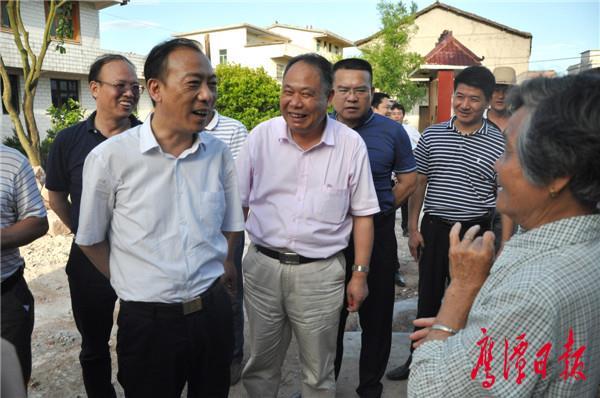 在杨溪乡江背村水口王家,与村民亲切交流 (1).JPG