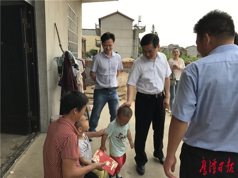 黄占共走访慰问贫困残疾人家庭