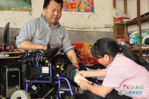 【暖新闻·江西2018】青丝变白发 余江一女子照顾瘫痪丈夫20年不离不弃