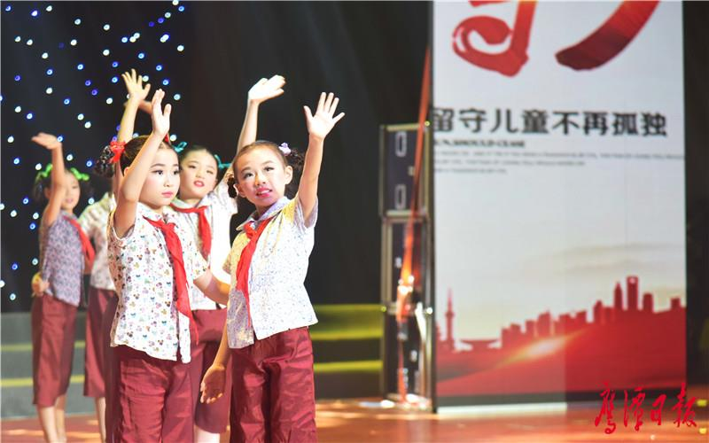 徐蓉摄-倡导关爱留守儿童的舞蹈节目《守、盼、未》.jpg