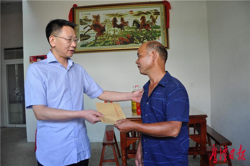 邓伟走访慰问精准扶贫对象和老党员