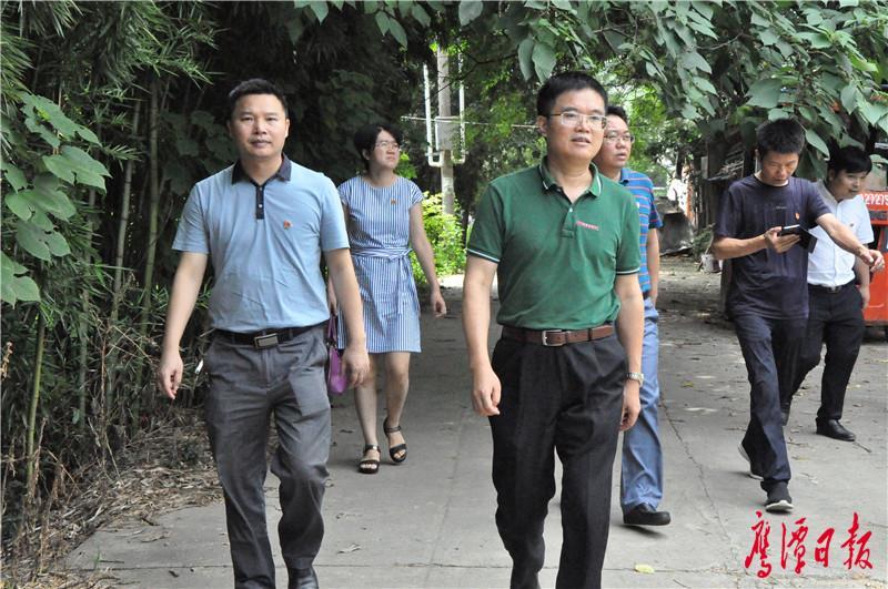张福庆走访慰问老党员和生活困难党员