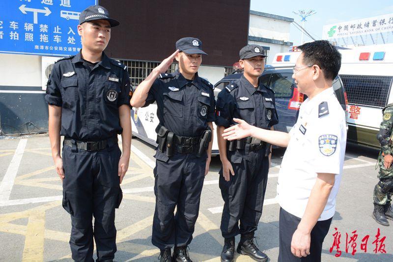 邓伟走访慰问一线执勤民警