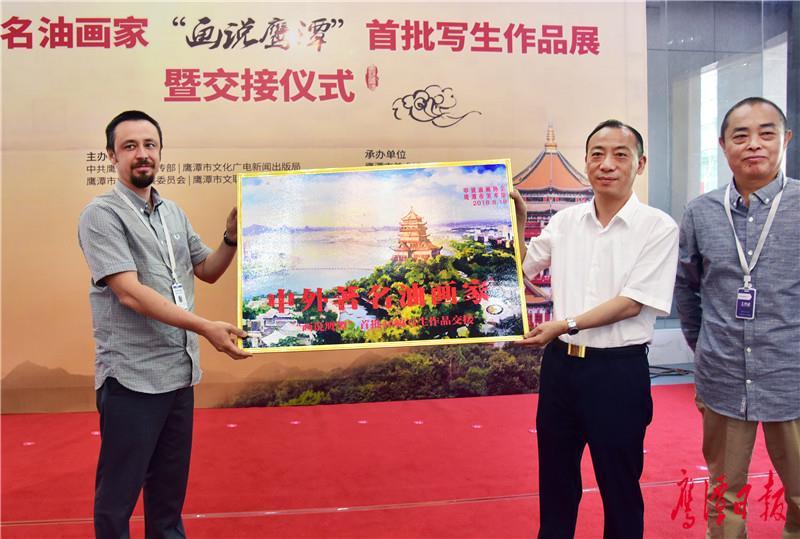 03市长于秀明接受中外著名油画家的作品捐赠.jpg