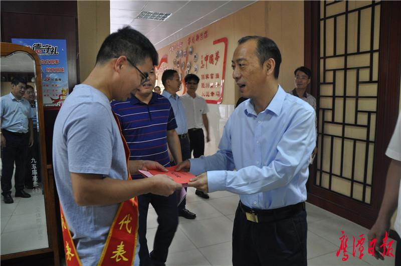在市一中看望优秀教师代表徐晚华.JPG