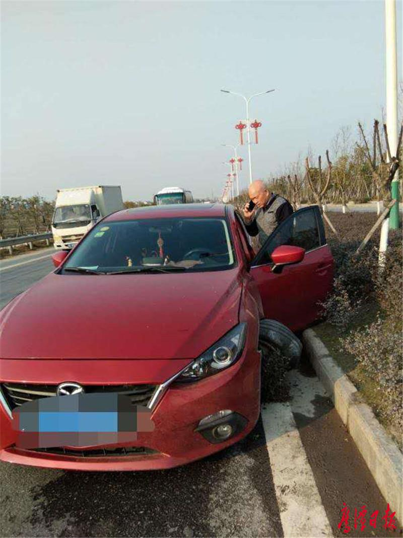 前轮撞爆了,司机倒在座位上1.jpg