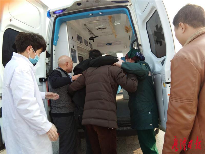 與救護人員一起將受傷司機送上急救車.jpg