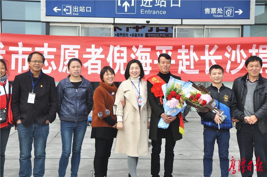 市红十字会工作人员欢送倪海平 (2).jpg