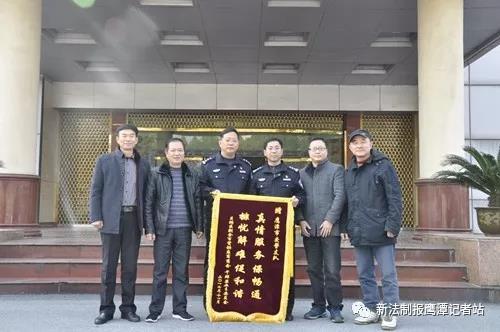 鹰潭交警集中清理67辆僵尸车获赞 群众送锦旗感谢