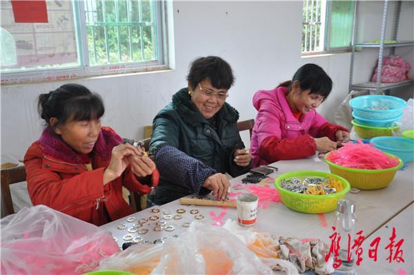 山涛村扶贫车间内,村民正在安装电子手表。.JPG