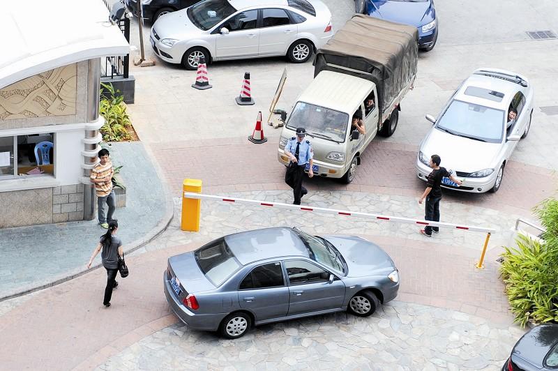 轿车被划堵小区,拒不挪车还打民警,这后果很严重