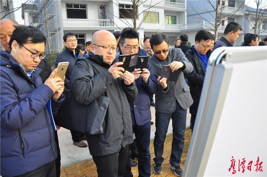 与会代表拿出手机记录余江经验.jpg
