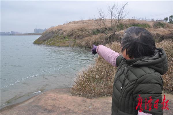 项金英指着外孙落水处向记者讲述当天的事.JPG