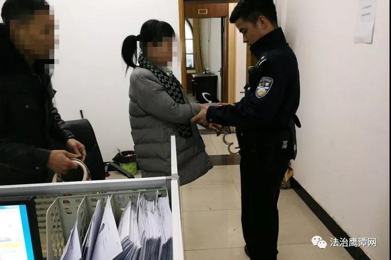 """鹰潭一95后女司机哺乳期无证酒驾被查 竟""""变身""""网逃"""