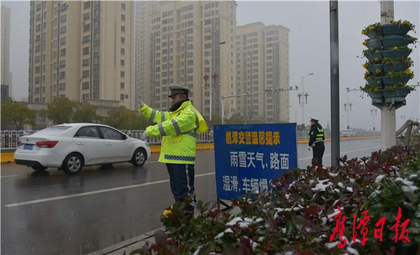 图为交警在龙虎山桥头执勤-3.jpg