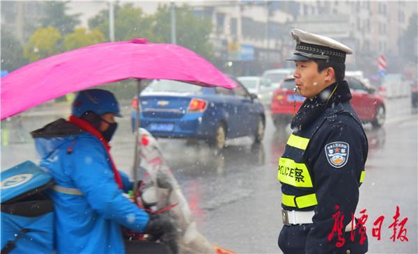 图为交警在龙虎山桥头执勤-1.jpg